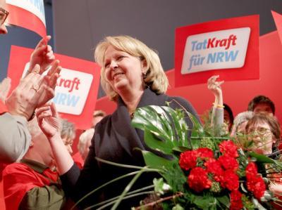 Die NRW-Landesvorsitzende der SPD, Hannelore Kraft, nimmt Glückwünsche zur ihrer Wiederwahl entgegen.