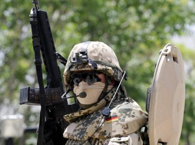 Ein Bundeswehrsoldat sichert in Kabul einen Konvoi (Archivfoto). Der Bundestag stimmt heute über die neue Afghanistan-Strategie der Regierung ab.