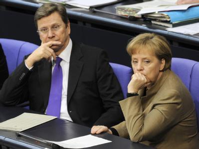 Wenig begeistert verfolgen Außenminister Westerwelle und Kanzlerin Merkel die Aktion der Linksfraktion.