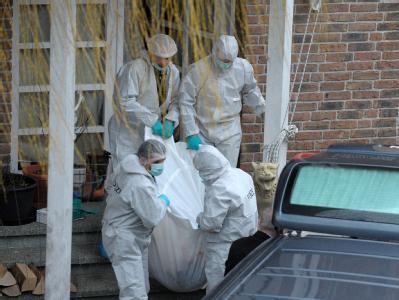 Beamte der Spurensicherung bergen die Opfer der Familientragödie in Sinsheim.