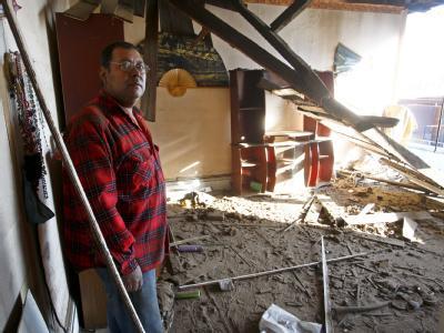 Ein Mann steht in den Überresten seines Hauses im chilenischen Valparaiso.