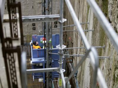 Bauarbeiter inspizieren die gefährdete U-Bahn-Baustelle am Heumarkt in Köln.