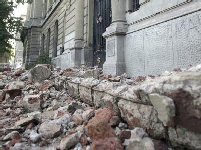 In Santiago de Chile wurden Teile der Altstadt in Trümmer gelegt. Dem GeoForschungsZentrum GFZ zufolge muss mit zum Teil schweren Nachbeben gerechnet werden.