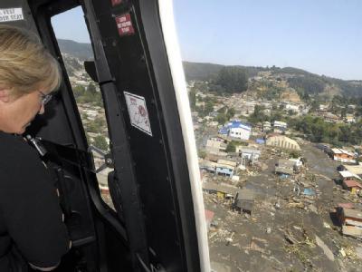 Die chilenische Präsidentin Michelle Bachelet fliegt mit dem Helikopter über die zerstörte Stadt Concepción. (Foto: Chilenisches Präsidentenbüro)