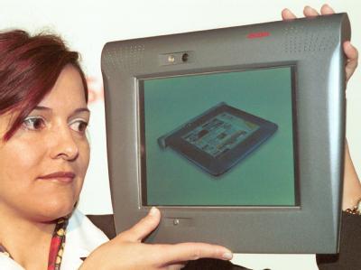 Auf der Computermesse CeBIT 2000 wird ein drahtloses Internet-Zugangsgerät ohne PC-Anschluss für den Hausgebrauch vorgestellt.