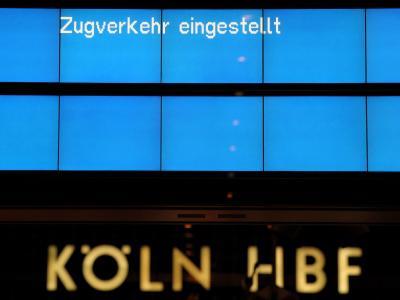 Auf einen Hinweisschild im Hauptbahnhof in Köln steht Zugverkehr eingestellt.