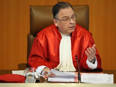 Der Vorsitzenden des ersten Senats des Bundesverfassungsgerichts in Karlsruhe, Hans-Jürgen Papier, bei der Urteilsverkündung.