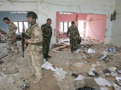 Irakische Soldaten inspizieren Ort des Anschlags in Bakuba.