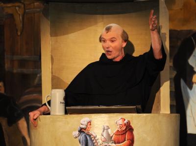 Die satirische Fastenpredigt des Schauspielers Michael Lerchenberg als Bruder Barnabas hat für Ärger gesorgt.