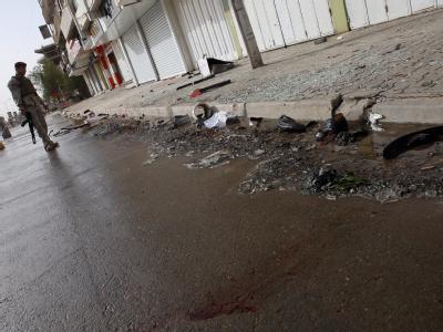 Ein irakischer Soldat inspiziert den Schauplatz eines Anschlags vor einem Wahllokal in Bagdad.