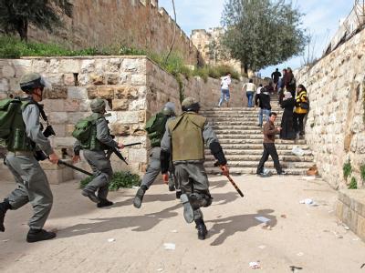 Israelische Polizisten haben erneut den Tempelberg in der Altstadt von Jerusalem gestürmt.