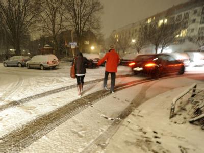 Die Rückkehr des Winters mit erneutem Schneefall hat am Abend in Hamburg zahlreiche Autofahrer und Passanten ins Rutschen gebracht.