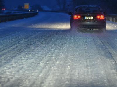 Schneebedeckte Bundesstraße bei Bamberg. Heftige Schneefälle haben weite Teile Deutschlands erneut in ein Verkehrs-Chaos gestürzt.