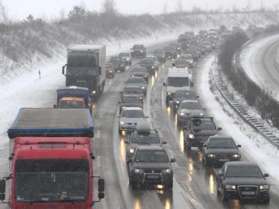 Autos und Lkw stauen sich auf der Bundesautobahn 4 bei Dresden.