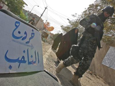 Ein irakischer Soldat geht an einem Wahllokal vorbei.
