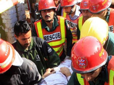 Pakistanische Rettungskräfte bergen ein Opfer des Anschlags.