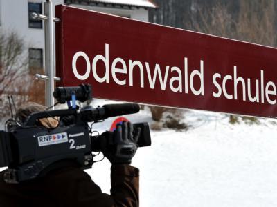 Ein Kameramann filmt auf dem Gelände der Odenwaldschule im hessischen Heppenheim.