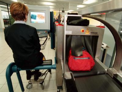 Kontrolle des Handgepäcks auf dem Flughafen Schipol in Amsterdam (Archivfoto vom 09.07.2002).