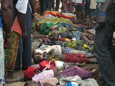 Tote Kinder liegen aufgereiht nach dem Massaker in Zentralnigeria.