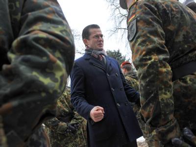 Verteidigungsminister Karl-Theodor zu Guttenberg (CSU) bei der Verabschiedung von etwa 800 Bundeswehrsoldaten zu Auslandseinsätzen (Archiv).