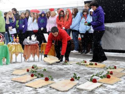 Schüler legen bei der Gedenkfeier für die Opfer des Amoklaufs Steine mit den Namen der Opfer vor die Albertville-Realschule in Winnenden.