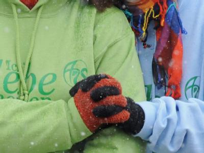 Schülerinnen der Albertville-Realschule halten sich während der Gedenkfeier für den Amoklauf in Winnenden im Arm.