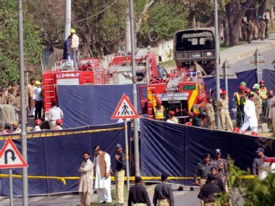 Sicherheitskräfte inspizieren den Tatort zweier Selbstmordanschläge im pakistanischen Lahore.