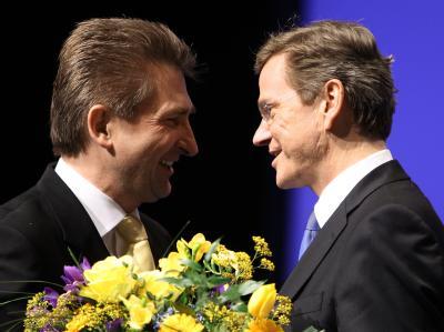 Der FDP-Vorsitzende Westerwelle gratuliert auf dem Landesparteitag in Siegen dem NRW-Landesvorsitzenden Pinkwart (l) zu seiner Wiederwahl.