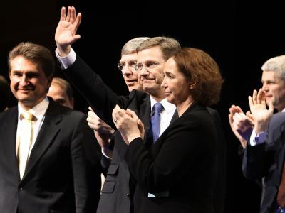 Guido Westerwelle winkt beim NRW-Landesparteitag in die Menge,.