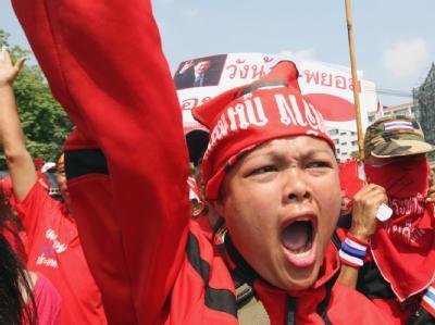 Lautstark machen die Anhänger des gestürzten Regierungschefs Thaksin Shinawatra ihrem Ärger Luft.