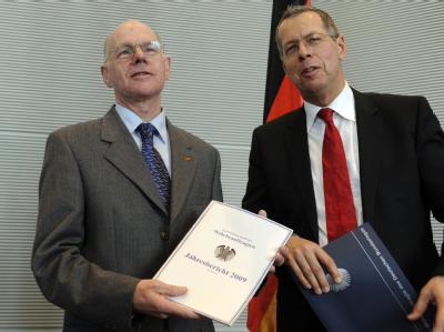 Der Wehrbeauftragte des Bundestags, Reinhold Robbe (r, SPD) übergibt seinen Bericht im Bundestag an Bundestagspräsident Norbert Lammert (CDU).