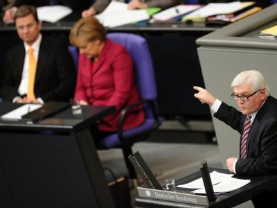 Bundeskanzlerin Merkel und Außenminister und Vizekanzler Westerwelle verfolgen die Rede des Vorsitzenden der SPD-Bundestagsfraktion, Steinmeier, im Bundestag.