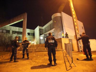 Französische Polizisten sichern den Tatort in Dammarie-les-Lys bei Paris.
