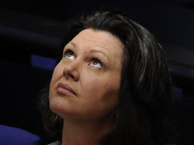 Bundesverbraucherschutzminister Ilse Aigner (CSU) hat genug von teuren Telefon-Warteschleifen.