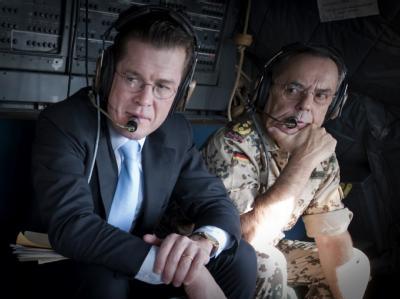 Bundesverteidigungsminister Karl-Theodor zu Guttenberg (CSU, l) sitzt neben dem Generalinspekteur der Bundeswehr, Wolfgang Schneiderhan, auf einem Flug nach Kabul (Archivfoto vom 12.11.2009).