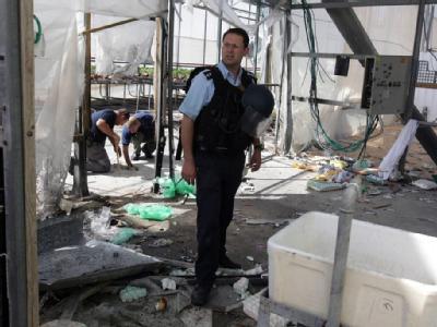 Israelische Sicherheitskräfte inspizieren in Nativ Haasara die Schäden, die von einer Rakete aus dem Gazastreifen verursacht wurden.