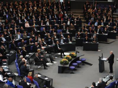 Bei einer Feierstunde zum 20. Jahrestag der ersten freien Wahl der DDR-Volkskammer am 18. März 1990 spricht der letzte DDR-Regierungschef Lothar de Maiziere im Bundestag.