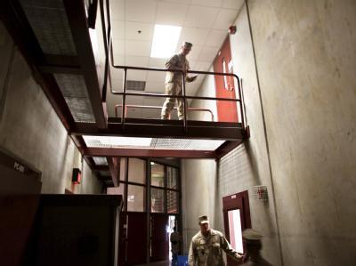 Wachleute laufen durch das Camp 6 des US-Gefangenenlagers Guantanamo (Archiv).