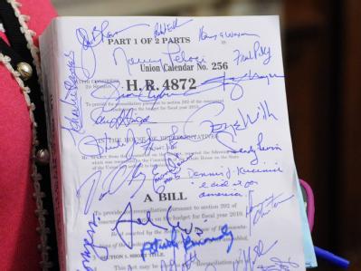 Eine von mehreren Abgeordneten signierte Kopie des Gesetzentwurfes.