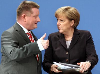 Bundeskanzlerin Angela Merkel unterhält sich beim Kleinen Parteitag der CDU in Berlin mit dem neugewählten Generalsekretär Hermann Gröhe.