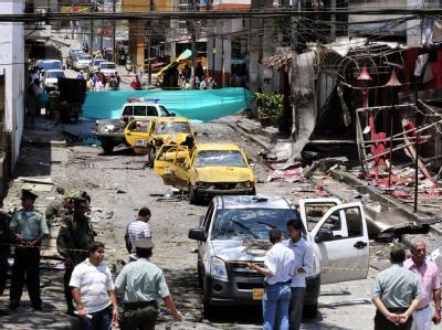 Zerstörte Wagen nach dem Anschlag in Kolumbien.