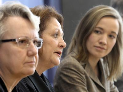 Justizministerin Leutheusser-Schnarrenberger (FDP) zwischen Bildungsministerin Schavan (CDU, L) und Familienministerin Schröder (CDU).