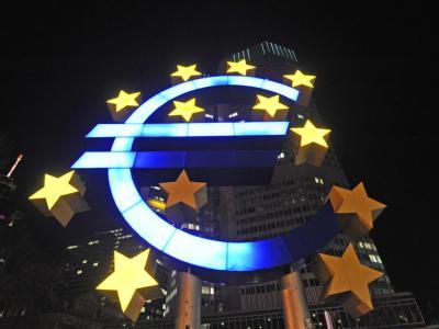 Defekte Sterne am Eurozeichen vor der EZB