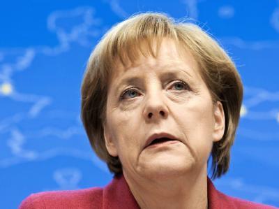 Kanzlerin Merkel verteidigt beim EU-Gipfel den Notfall-Plan für Griechenland.