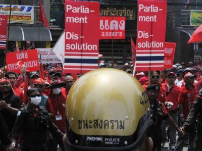 Rotgekleideter Anhänger der Opposition bei einer Demonstration in Bangkok.