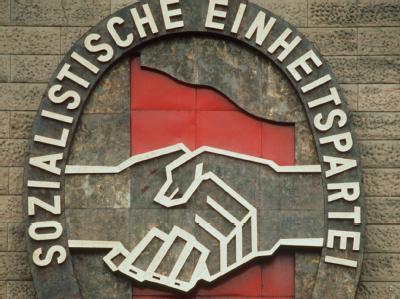 Das Parteiabzeichen der SED war bis 1989 an der Außenfassade des SED-Zentralkomitees in Berlin angebracht.