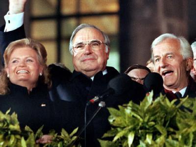 Einer der größten Momente: Hannelore Kohl, Bundeskanzler Helmut Kohl und Bundespräsident Richard von Weizsäcker bei der Vereinigungsfeier am 3. Oktober 1990