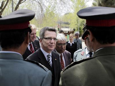 Bundesinnenminister Thomas de Maiziere wird in Kabul feierlich begrüßt.