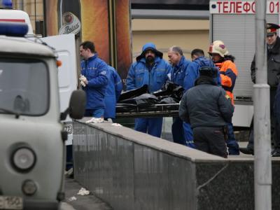 Retter tragen ein Opfer der Moskauer Selbstmordanschläge zum Rettungswagen.
