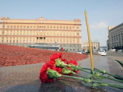 Bürger Moskaus haben rote Nelken am Eingang der Metro-Station Lubjanka niedergelegt.